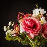 Романтичный конец букета цветков вверх изолированный на черной предпосылке, фото к влиянию картины маслом стоковые изображения