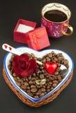 Романтичный кофе розы кольца предложения замужества захвата диаманта букета Стоковое Фото