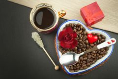 Романтичный кофе розы кольца предложения замужества захвата диаманта букета Стоковая Фотография RF
