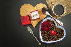 Романтичный кофе розы кольца предложения замужества захвата диаманта букета Стоковое Изображение RF