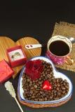 Романтичный кофе розы кольца предложения замужества захвата диаманта букета Стоковые Изображения
