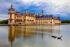 Романтичный красивый замок de Chantilly замка резиденция королевская стоковая фотография