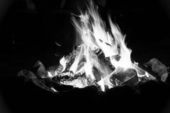 Романтичный лагерный костер - черно-белый стоковые изображения