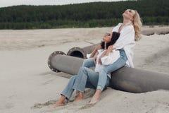 Романтичный момент 2 красивых девушек Стоковые Фото