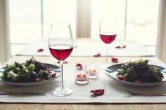 Романтичный обедающий в обеденном столе ресторана отсутствие людей Стоковое фото RF