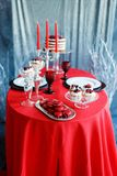 Романтичный обедающий с свечами и стеклами шампанского на день валентинок Стоковая Фотография