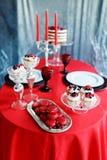 Романтичный обедающий с свечами и стеклами шампанского на день валентинок Стоковые Фото