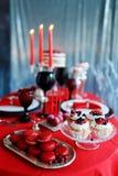 Романтичный обедающий с свечами и стеклами шампанского на день валентинок Стоковые Изображения RF