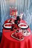 Романтичный обедающий с свечами и стеклами шампанского на день валентинок Стоковая Фотография RF