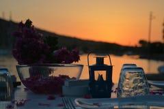 Романтичный обеденный стол взморья на заходе солнца Стоковая Фотография