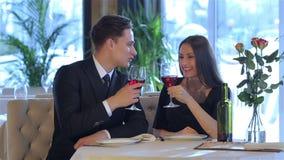 Романтичный обедающий в ресторане видеоматериал