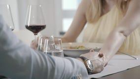 Романтичный обедающий пар в влюбленности, взгляде на женщине, человеке держит ее руку видеоматериал