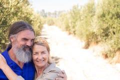 Романтичный один другого обнимать пар в прованской ферме Стоковое Изображение RF