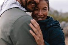 Романтичный один другого обнимать пар и усмехаться Стоковое Изображение RF