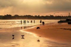 Романтичный пейзаж пляжа Weligama с изумительным заходом солнца Стоковое Фото
