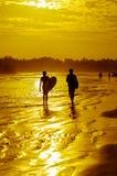 Романтичный пейзаж пляжа Weligama с изумительным заходом солнца Стоковые Изображения