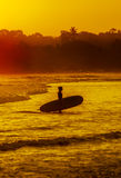 Романтичный пейзаж пляжа Weligama с изумительным заходом солнца Стоковая Фотография