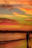 Романтичный пейзаж пляжа Weligama с изумительным заходом солнца Стоковые Фото
