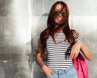 Романтичный портрет азиатской девушки в солнечных очках, ветер дует ее волосы На металлической сияющей предпосылке Стоковое Изображение RF