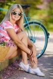 Романтичный портрет девушки с велосипедом Стоковая Фотография