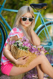 Романтичный портрет девушки с велосипедом Стоковые Фотографии RF