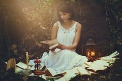 Романтичный портрет женщины в лесе стоковое фото