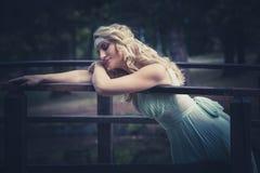 Романтичный портрет молодой женщины стиля на деревянном мосте в парке Стоковые Фото