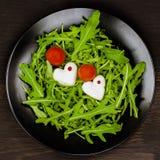 Романтичный салат Caprese с моццареллой, отрезком по мере того как сердца, томатами и зеленым базиликом, черной плитой, темной пр Стоковые Фотографии RF
