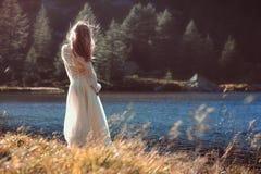 Романтичный свет женщины и захода солнца стоковые изображения