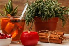 Романтичный состав с 2 чашками чаю с апельсином, анисовкой и циннамоном стоковое фото rf