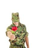 Романтичный солдат в красной розе военной формы предлагая Стоковое Изображение
