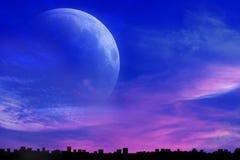 Романтичный спад над городом Мистическая луна Стоковые Изображения RF