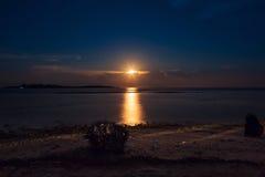 Романтичный тропический пляж с красивым полнолунием Стоковое Фото