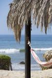 Романтичный уютный гамак на пляже с голубым небом, Перу Стоковое Фото