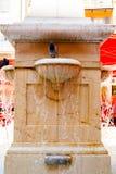 Романтичный фонтан при голуби купая Стоковые Изображения