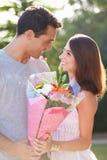 Романтичный человек давая пук женщины цветков Стоковое Фото