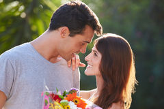 Романтичный человек давая пук женщины цветков Стоковое Изображение RF