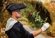 Романтичный человек тайны держа розу Стоковое Фото