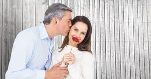 Романтичный человек целуя на щеке женщины Стоковые Изображения RF