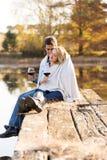 Романтичный snuggle пар стоковая фотография