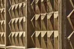 Ромбовидный конкретный конец-вверх загородки на темной предпосылке предпосылка структуры стоковые изображения