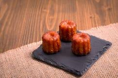 Ром и ваниль Canele французского печенья приправляют толщиной caramelized cr Стоковая Фотография RF
