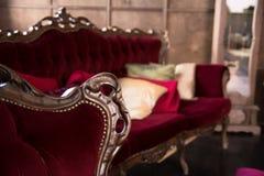 Роскошная античная красная софа с подушками Стоковые Фотографии RF