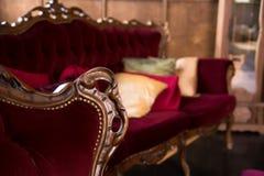 Роскошная античная красная софа с подушками Стоковое Фото