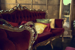 Роскошная античная красная софа с подушками Стоковое фото RF