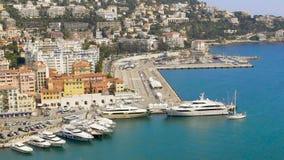 Роскошная белая яхта плавая к славной гавани, взгляд сверху курортного города и морю видеоматериал