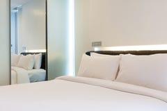 Роскошная белая спальня стоковое изображение