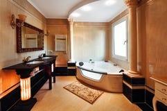 Роскошная ванная комната в классическом стиле с столбцами коринфянина Стоковое Изображение