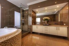 Роскошная ванная комната в самомоднейшем доме Стоковые Изображения