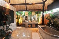 Роскошная ванная комната комнаты в тропической вилле Стоковое фото RF